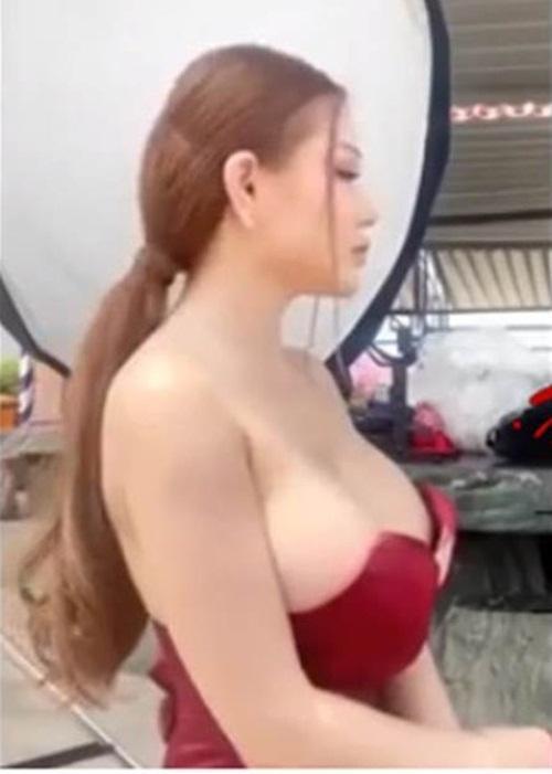 Đang vui vẻ livestream, gái trẻ làm người xem xôn xao vì khoảnh khắc tuột váy lộ ngực trần-1