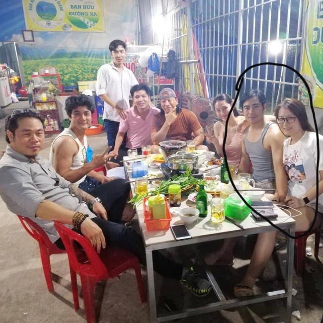 Giữa tin đồn ly hôn Ngọc Lan, diễn viên Thanh Bình bị lộ ảnh thân mật với cô gái lạ giữa đám đông-2