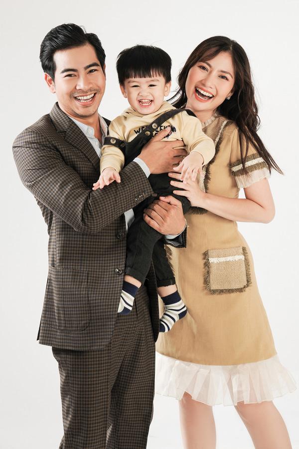 Giữa tin đồn ly hôn Ngọc Lan, diễn viên Thanh Bình bị lộ ảnh thân mật với cô gái lạ giữa đám đông-4