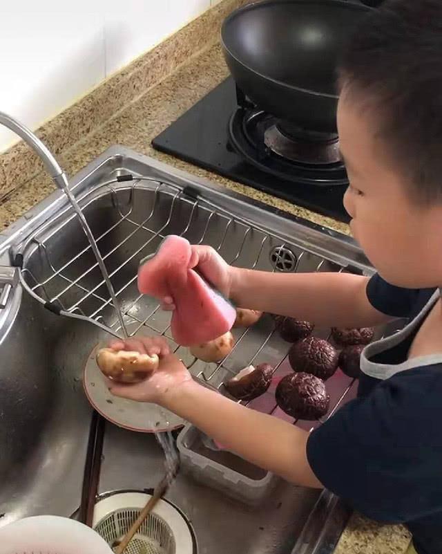Kêu con trai đi rửa nấm, mẹ trẻ ngỡ ngàng khi thấy thành quả-2