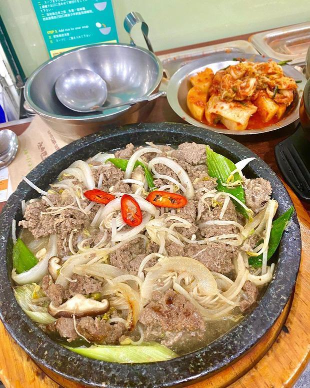 Buồn ngủ đến mấy cũng không thể ngăn Kỳ Duyên và Minh Triệu xếp hàng chờ món súp bò nổi tiếng nhất Seoul: du lịch sướng nhất chính là ăn ngon-3