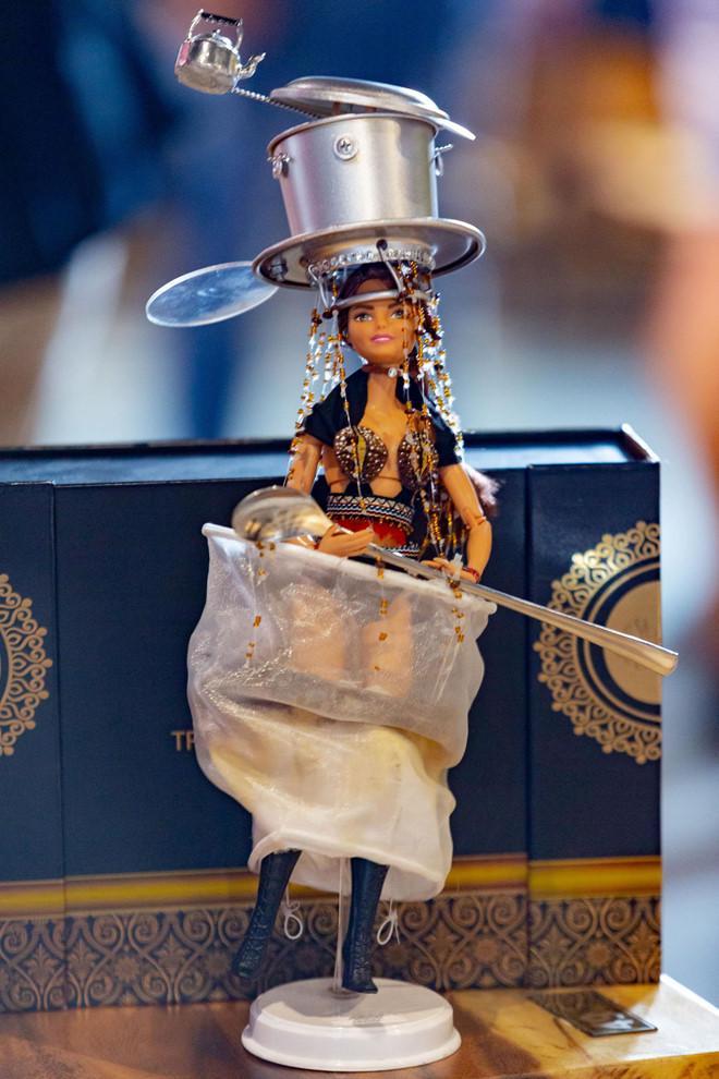HHen Niê mang Bánh mì dự thi Miss Universe, Hoàng Thùy sẵn sàng Cafe phin sữa đá cho đủ combo ăn sáng-4
