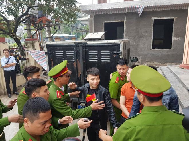 Hàng trăm đàn em giang hồ đến tòa theo dõi phiên xét xử Khá Bảnh-2