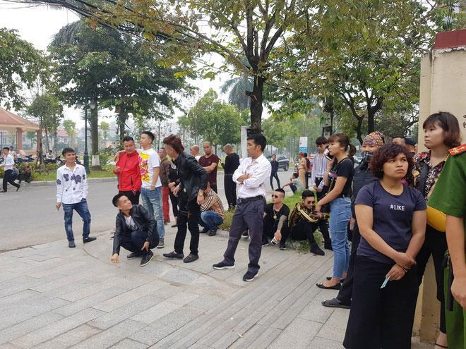 Hàng trăm đàn em giang hồ đến tòa theo dõi phiên xét xử Khá Bảnh-4