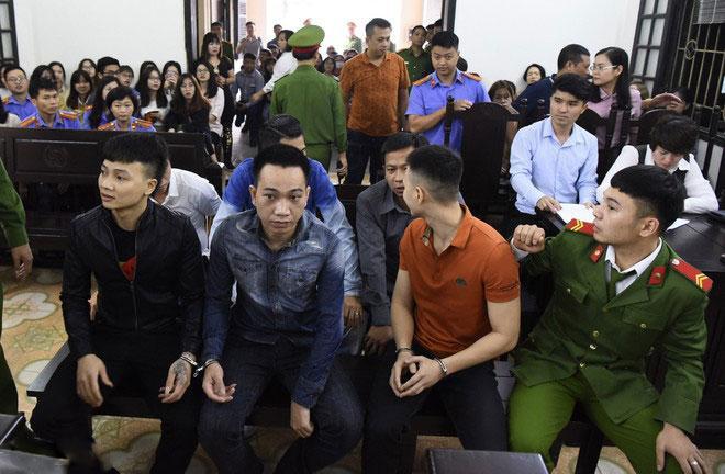 Hàng trăm đàn em giang hồ đến tòa theo dõi phiên xét xử Khá Bảnh-7