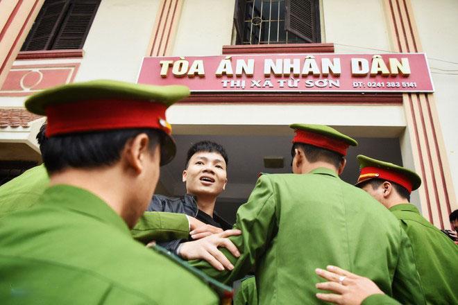 Hàng trăm đàn em giang hồ đến tòa theo dõi phiên xét xử Khá Bảnh-1