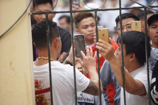 Hàng trăm người trèo rào livestream, học sinh nghi trốn học, đội mưa theo dõi xét xử Khá Bảnh-2