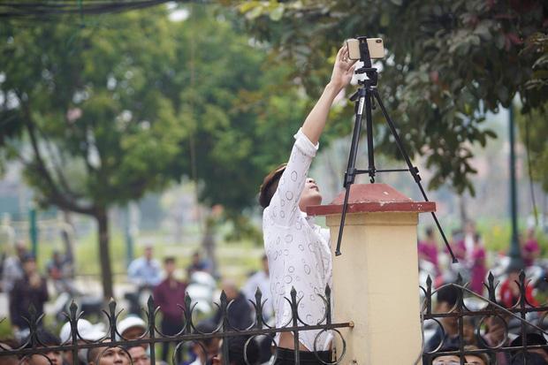 Hàng trăm người trèo rào livestream, học sinh nghi trốn học, đội mưa theo dõi xét xử Khá Bảnh-3
