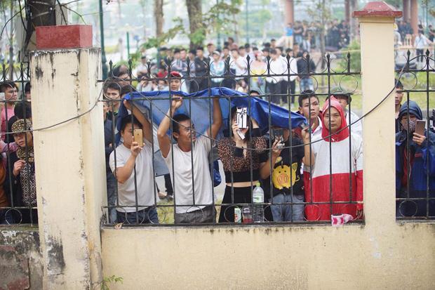 Hàng trăm người trèo rào livestream, học sinh nghi trốn học, đội mưa theo dõi xét xử Khá Bảnh-4