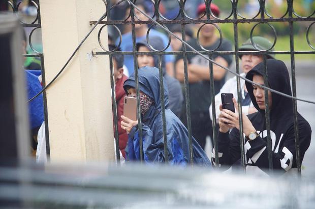 Hàng trăm người trèo rào livestream, học sinh nghi trốn học, đội mưa theo dõi xét xử Khá Bảnh-5