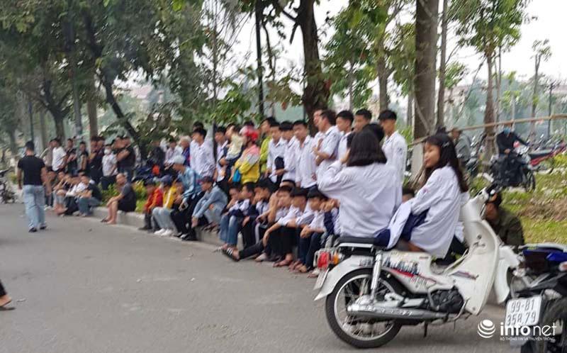 Hàng trăm người trèo rào livestream, học sinh nghi trốn học, đội mưa theo dõi xét xử Khá Bảnh-6