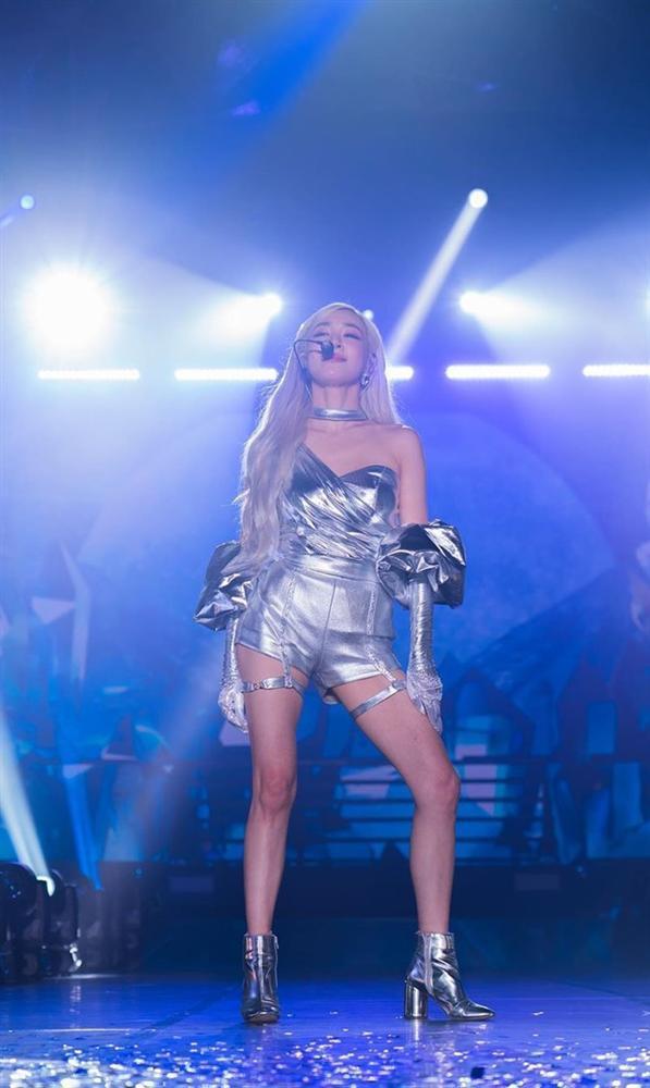 Rời nhóm SNSD, Tiffany chuộng mặc bra và váy ngắn lên sân khấu-3