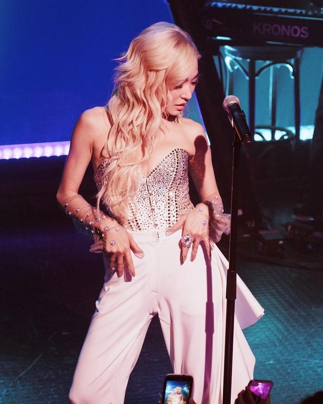 Rời nhóm SNSD, Tiffany chuộng mặc bra và váy ngắn lên sân khấu-5