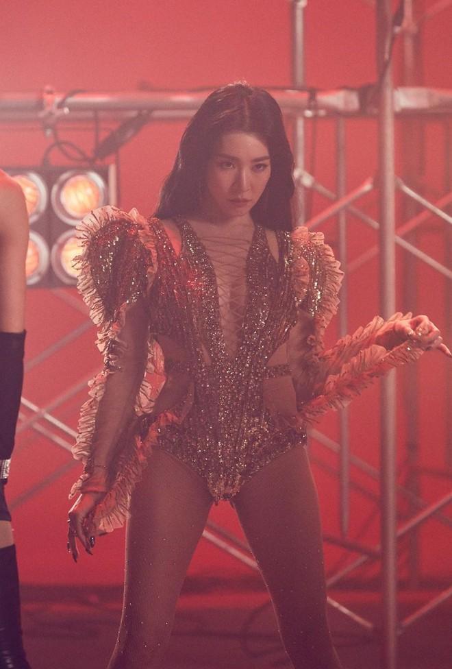 Rời nhóm SNSD, Tiffany chuộng mặc bra và váy ngắn lên sân khấu-6