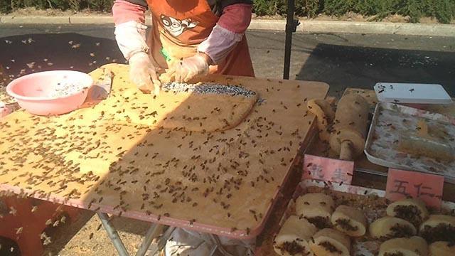 Video: Món bánh kỳ lạ được làm giữa hàng trăm con ong bu quanh-1