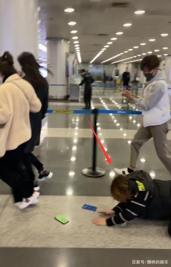 Trịnh Sảng bị fan cuồng rượt đuổi chạy sấp mặt ở sân bay-2