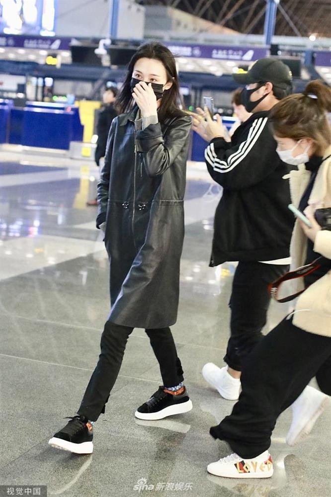 Trịnh Sảng bị fan cuồng rượt đuổi chạy sấp mặt ở sân bay-4