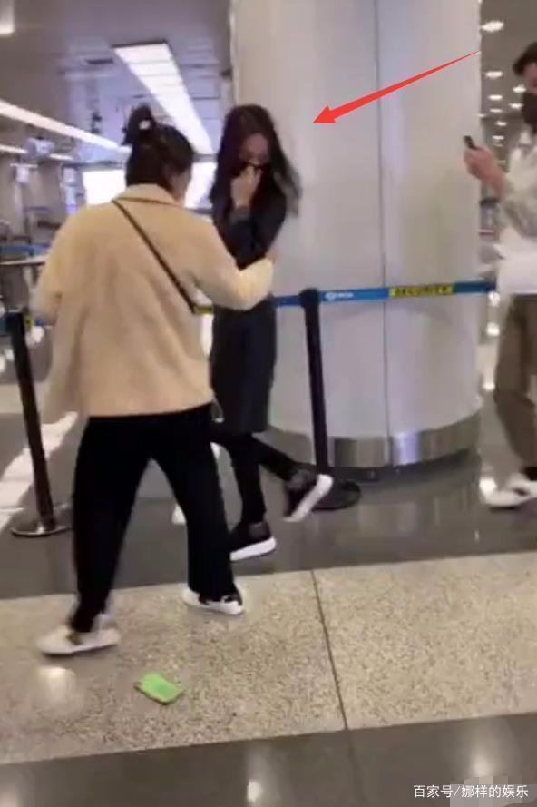 Trịnh Sảng bị fan cuồng rượt đuổi chạy sấp mặt ở sân bay-3