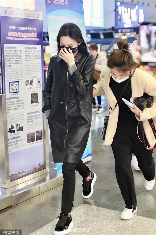 Trịnh Sảng bị fan cuồng rượt đuổi chạy sấp mặt ở sân bay-5