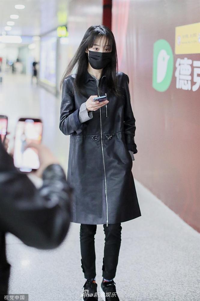 Trịnh Sảng bị fan cuồng rượt đuổi chạy sấp mặt ở sân bay-8