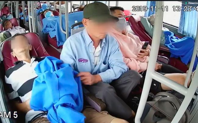 Clip: Thấy hành khách ngủ thiếp trên xe giường nằm, người đàn ông thò bàn tay hư trước mắt mọi người-2