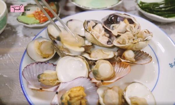 Ngọc Trinh ăn hải sản bữa tiền triệu nhưng vẫn không quên mang theo một món rẻ tiền quê nhà-3