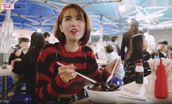 Ngọc Trinh ăn hải sản bữa tiền triệu nhưng vẫn không quên mang theo một món rẻ tiền quê nhà-7