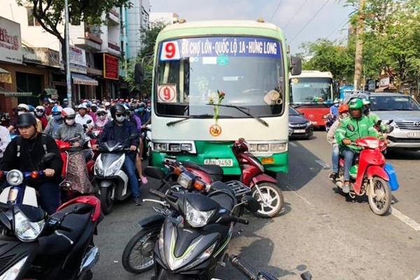 Nhân chứng kể cảnh hỗn loạn khi xe buýt tông 8 xe máy dừng đèn đỏ-1