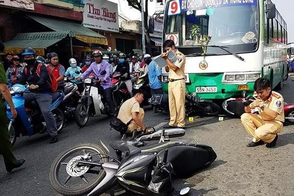 Nhân chứng kể cảnh hỗn loạn khi xe buýt tông 8 xe máy dừng đèn đỏ-2