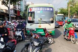 Nhân chứng kể cảnh hỗn loạn khi xe buýt tông 8 xe máy dừng đèn đỏ