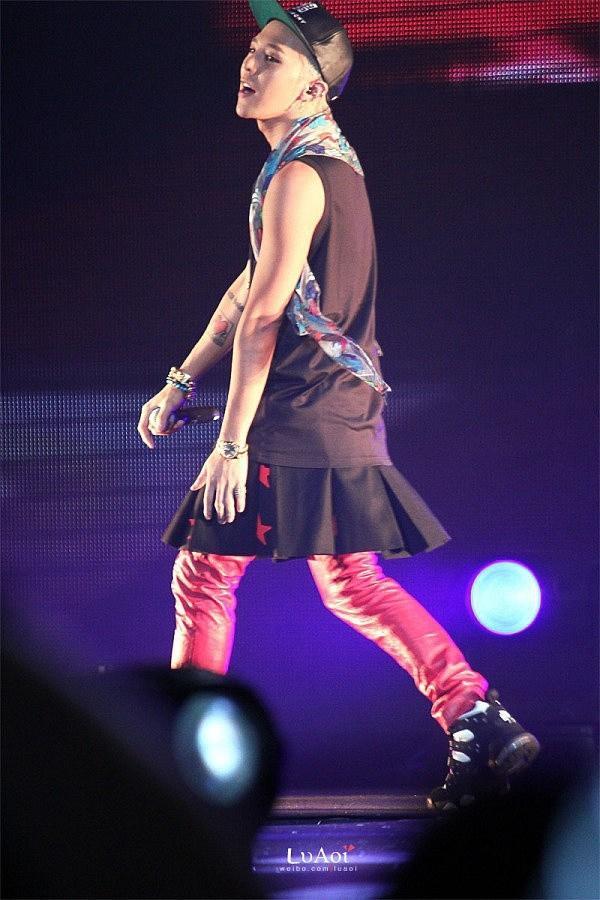 G-Dragon luôn được khen dù mặc váy dài hay quần áo khó hiểu-6