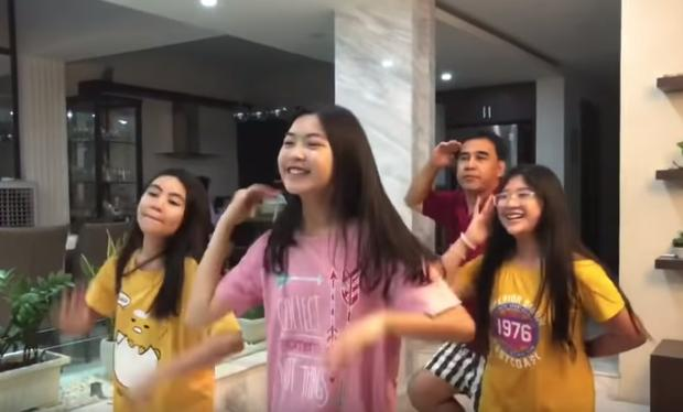 Dạy nhảy cho đại gia đình nhưng ai cũng chỉ chú ý đến nhan sắc đẹp chuẩn hotgirl của con gái cả MC Quyền Linh-1