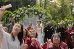 Đám cưới hoành tráng, chú rể thuê cả máy bay rải phong bì lì xì cho khách mời