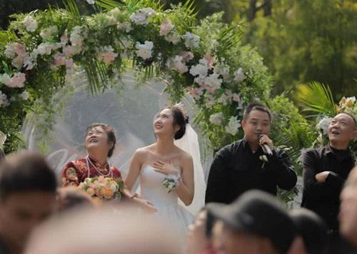 Đám cưới hoành tráng, chú rể thuê cả máy bay rải phong bì lì xì cho khách mời-2