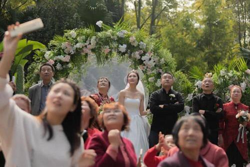Đám cưới hoành tráng, chú rể thuê cả máy bay rải phong bì lì xì cho khách mời-4
