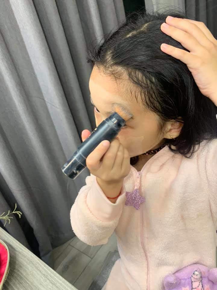 Bị nhắc vì để con 6 tuổi trang điểm mỗi ngày, Ốc Thanh Vân đáp không có gì nghiêm trọng-3