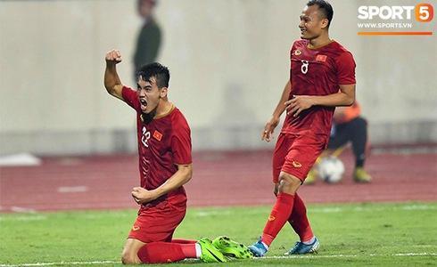 Sút hụt lần 1 khi bị phạm lỗi, Tiến Linh làm triệu trái tim Việt nghẹt thở khi chọc thủng lưới UAE-2