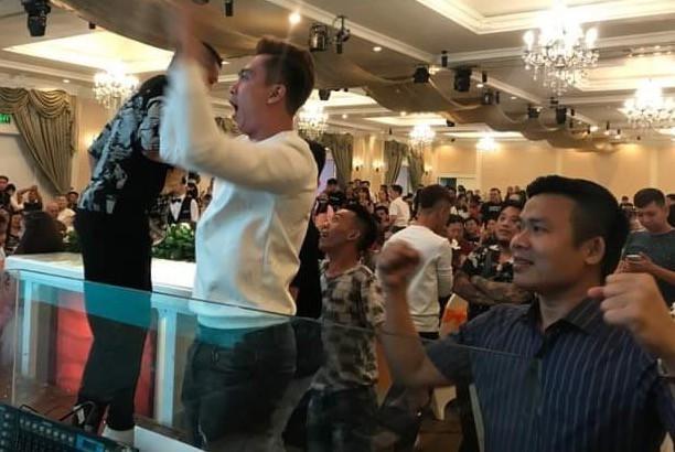 Hồ Việt Trung, Cát Phượng và dàn sao bỏ tiệc khi Tiến Linh ghi bàn-1