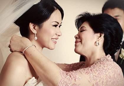 Ngày cưới, mẹ chồng lên trao chục cây vàng cho con dâu làm ai cũng ngã ngửa nhưng sự thật thì…-1