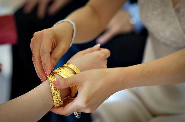 Ngày cưới, mẹ chồng lên trao chục cây vàng cho con dâu làm ai cũng ngã ngửa nhưng sự thật thì…-2