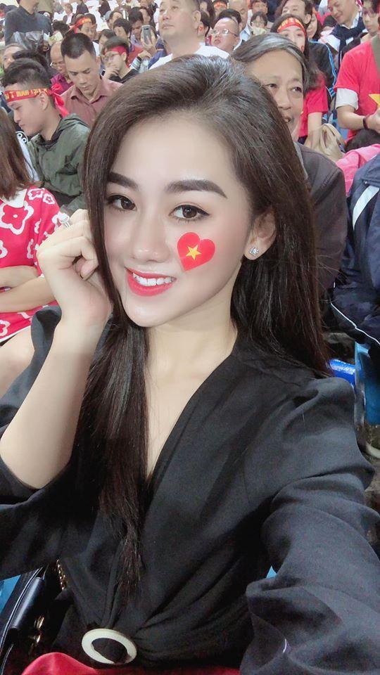 Nữ cổ động viên gây chú ý trên khán đài trận Việt Nam - UAE-2