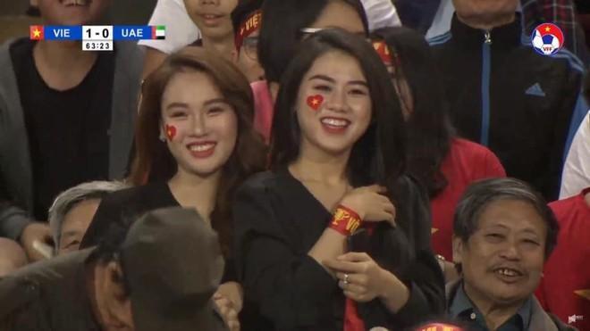 Nữ cổ động viên gây chú ý trên khán đài trận Việt Nam - UAE-1