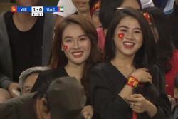 Nữ cổ động viên gây chú ý trên khán đài trận Việt Nam - UAE