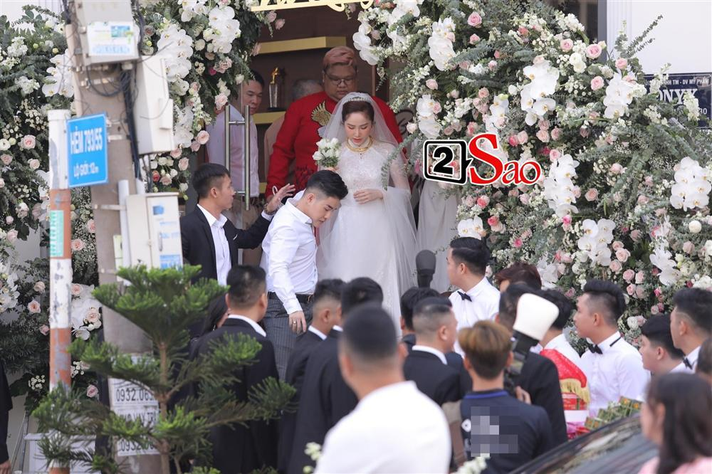 Bảo Thy chọn áo dài trắng phối ren, chú rể hack tuổi bằng kiểu tóc undercut trong lễ cưới tại nhà thờ-1