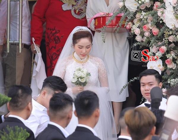Bảo Thy chọn áo dài trắng phối ren, chú rể hack tuổi bằng kiểu tóc undercut trong lễ cưới tại nhà thờ-2