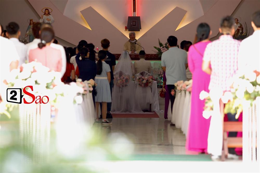 Bảo Thy chọn áo dài trắng phối ren, chú rể hack tuổi bằng kiểu tóc undercut trong lễ cưới tại nhà thờ-5