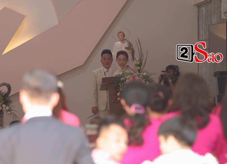 Bảo Thy chọn áo dài trắng phối ren, chú rể hack tuổi bằng kiểu tóc undercut trong lễ cưới tại nhà thờ-8