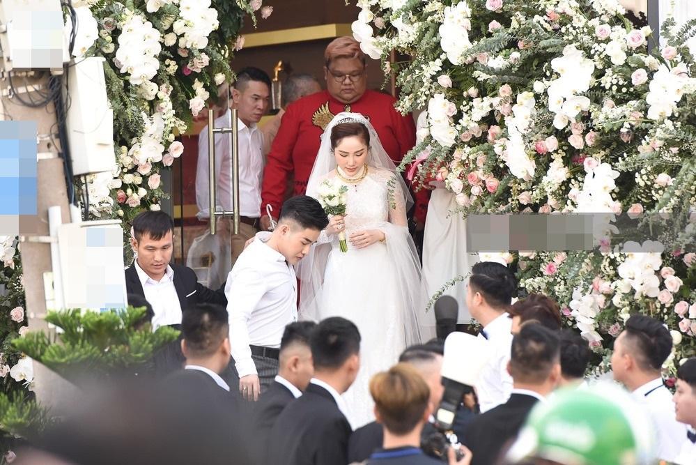 Bảo Thy chọn áo dài trắng phối ren, chú rể hack tuổi bằng kiểu tóc undercut trong lễ cưới tại nhà thờ-3