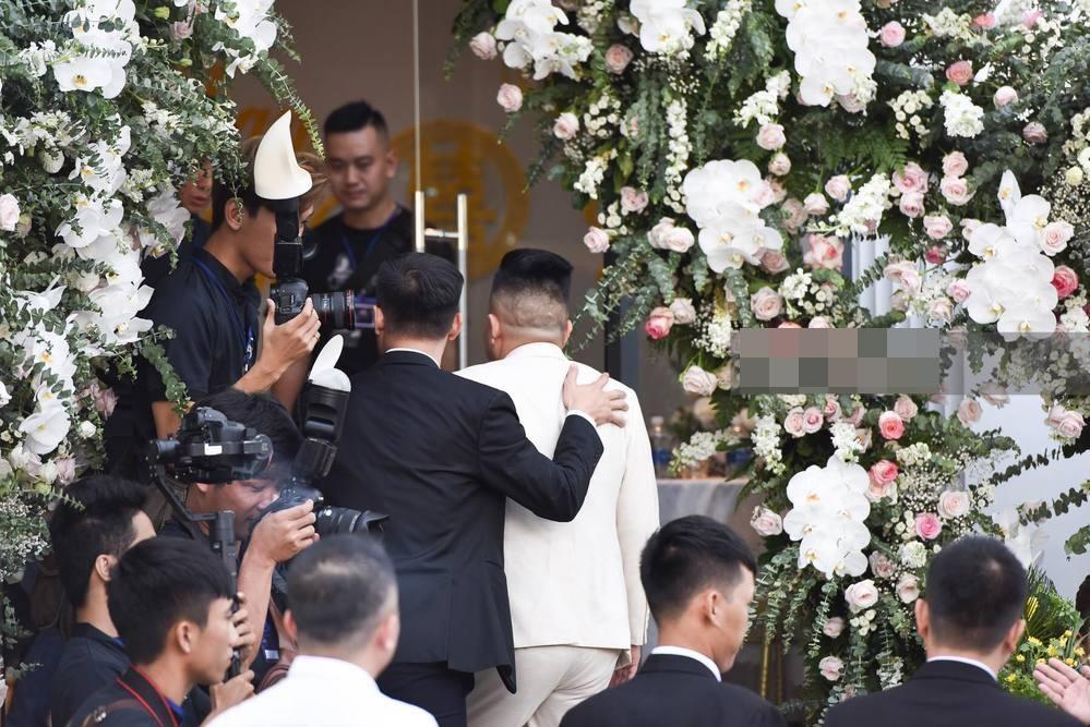 Bảo Thy chọn áo dài trắng phối ren, chú rể hack tuổi bằng kiểu tóc undercut trong lễ cưới tại nhà thờ-7
