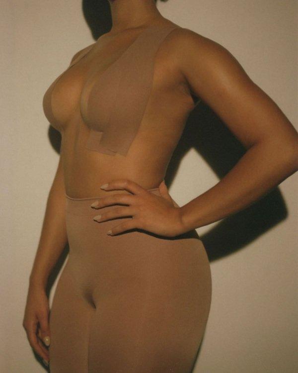 Kim Kardashian mách mẹo phô diễn vòng một khủng khi mặc váy áo hở mà không lo sự cố-5